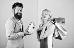 Vraag de mens om partijen te kopen voor meisje voorstelt Paar met luxezakken in winkelcomplex Het paar geniet van winkelend stock foto