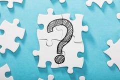 Vraag Mark Icon On White Puzzle royalty-vrije stock foto