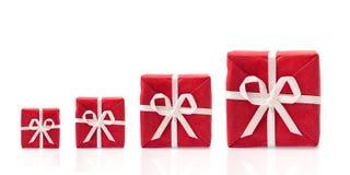 Vraag om meer, vier rode giftdozen in een rij royalty-vrije stock afbeelding