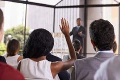 Vraag van publiek bij een seminarie, nadruk op voorgrond royalty-vrije stock foto