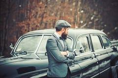 Vraagjongen in uitstekende auto E Reis en zakenreis of hapering wandeling Retro inzamelingsauto en auto stock foto's