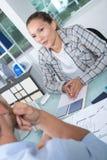 Vraagt de bureau mannelijke arbeider vrouwenwerkgever om salaris te verhogen royalty-vrije stock afbeelding