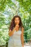 Vraagt de Curvy elegante rijpe vrouw om stilte stock afbeelding