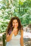 Vraagt de Curvy elegante rijpe vrouw om stilte stock foto