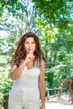 Vraagt de Curvy elegante rijpe vrouw om stilte stock foto's