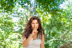 Vraagt de Curvy elegante rijpe vrouw om stilte stock fotografie