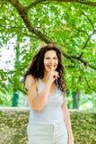 Vraagt de Curvy weelderige rijpe vrouw om stilte stock foto
