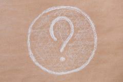 Vraagteken als waterrimpeling Achtergrond van oud kraftpapier-document royalty-vrije stock afbeelding