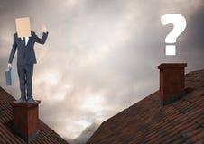 Vraagteken en Zakenman die zich op Daken met schoorsteen en kartondoos op zijn hoofd en drama bevinden Stock Afbeelding
