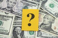 Vraagteken op dollarbankbiljetten Stock Fotografie