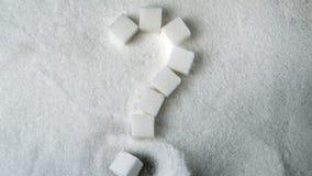 Vraagteken in suikerkubussen nauwkeurig die wordt beschreven die zich op stapel van suiker vormen die stock videobeelden