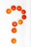 Vraagteken van de sinaasappelen van het citrusvruchtenbloed op witte rug wordt gemaakt die Stock Foto