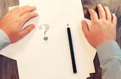 Vraagteken voor een mens Het concept een besluit of een keus Symbool toning Stock Fotografie