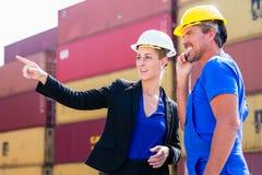 Vracht die bij containerterminal verschepen van haven Stock Fotografie