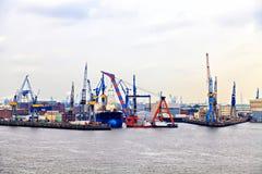 Vracht industriële haven in Hamburg, Duitsland Stock Foto's