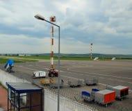 Vracht op het landende stootkussen bij de Luchthaven, Chisinau, Moldavië, 21 Mei, 2014 Stock Fotografie
