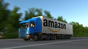 Vracht semi vrachtwagen met Amazonië Com-embleem het drijven langs bosweg Het redactie 3D teruggeven Royalty-vrije Stock Afbeeldingen