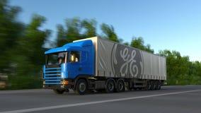 Vracht semi vrachtwagen met General Electric-embleem het drijven langs bosweg Het redactie 3D teruggeven Royalty-vrije Stock Fotografie