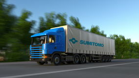 Vracht semi vrachtwagen met Sumitomo-Bedrijfsembleem het drijven langs bosweg Het redactie 3D teruggeven Stock Afbeeldingen