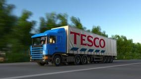 Vracht semi vrachtwagen met Tesco-embleem het drijven langs bosweg Het redactie 3D teruggeven Royalty-vrije Stock Afbeelding