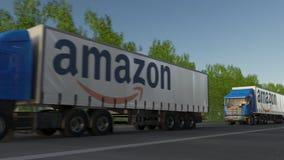 Vracht semi vrachtwagens met Amazonië Com-embleem het drijven langs bosweg Het redactie 3D teruggeven Stock Foto