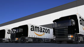 Vracht semi vrachtwagens met Amazonië Com-embleemlading of het leegmaken bij pakhuisdok Het redactie 3D teruggeven royalty-vrije illustratie