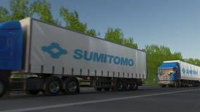 Vracht semi vrachtwagens met Sumitomo-Bedrijfsembleem het drijven langs bosweg Het redactie 3D teruggeven Stock Afbeeldingen