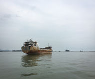 Vrachtboten op de rivier in Thaise Nguyen, Vietnam Royalty-vrije Stock Foto's