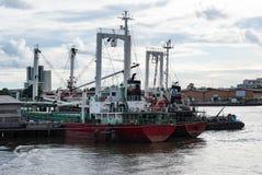 Vrachtschepen in Chao Phraya River, Bangkok, Thailand worden verankerd dat Royalty-vrije Stock Fotografie