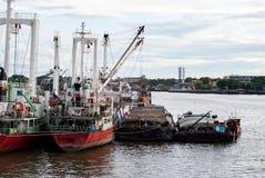 Vrachtschepen in Chao Phraya River, Bangkok, Thailand worden verankerd dat Royalty-vrije Stock Foto