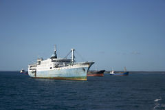 Vrachtschepen in de haven van de Steenstad Stock Afbeeldingen