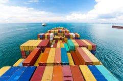 Vrachtschepen die één van de bezigste havens in de wereld ingaan, Singapore Stock Foto