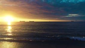 Vrachtschepen die in nog water dichtbij haven van Varna varen Luchtmening van mooie zonsopgang over het overzees