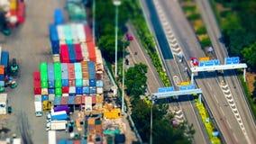 Vrachtschepen door kraan met ladingscontainers bij een bezige haventerminal die worden geladen Hon Kong Schuine standverschuiving stock video