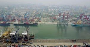 Vrachtschepen en containers in industriële haven stock video