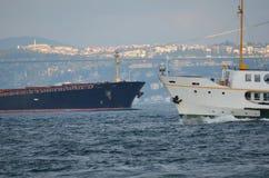 Vrachtschepen en passagiersschepen Bosphorus Stock Foto's