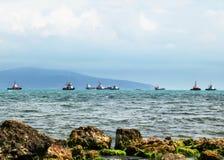 Vrachtschepen en sleepboten in de Zwarte Zee, Rusland stock foto's