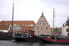 Vrachtschepen en woonboten in de kanalen van Leiden worden gedokt dat royalty-vrije stock afbeelding