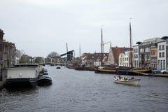 Vrachtschepen en woonboten in de kanalen van Leiden worden gedokt dat stock fotografie