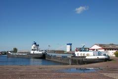 Vrachtschepen in haven Stock Afbeeldingen