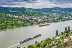 Vrachtschepen op de Rivier, Duitsland, Brey en Rhens van Rijn in backgro Royalty-vrije Stock Foto's