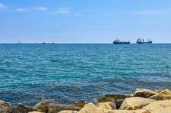 Vrachtschepen op horizon Royalty-vrije Stock Afbeeldingen