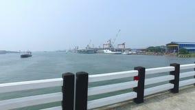 Vrachtschepen van de brug worden gezien die stock footage