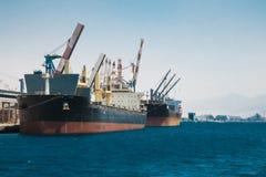 Vrachtschepentribune in de haven van Eilat Stock Afbeelding