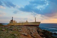Vrachtschip aan de grond Stock Afbeeldingen