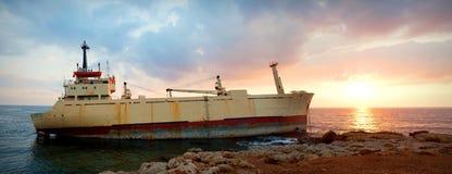 Vrachtschip aan de grond Royalty-vrije Stock Foto's