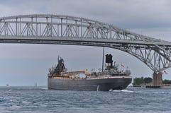 Vrachtschip bij de Blauwe Waterbrug Royalty-vrije Stock Foto