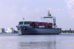 Vrachtschip bij de haven Stock Foto