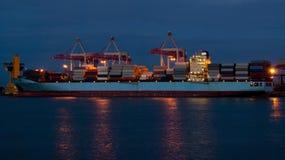 Vrachtschip bij de lading in de haven Royalty-vrije Stock Afbeeldingen