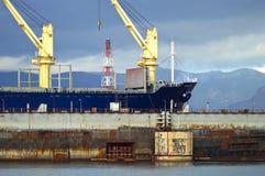 Vrachtschip bij de scheepswerf Royalty-vrije Stock Afbeeldingen